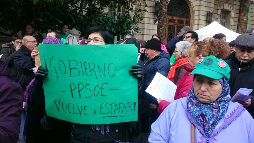 La PAH protesta ante la Delegación de Gobierno por las cláusulas suelo