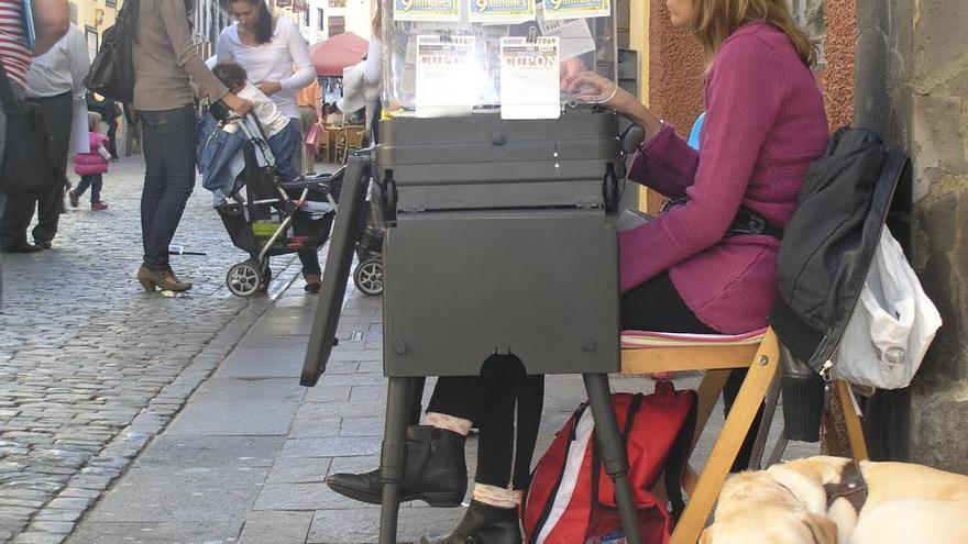 Una vendedora de la ONCE en la Calle Real de Santa Cruz de La Palma.