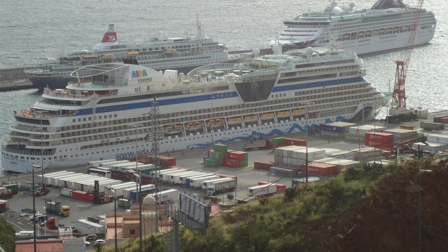 Los buques Aida Sol, el Oceana y el Boudicca, este viernes, en el Puerto de Santa Cruz de La Palma. Foto: LA PALMA AHORA.