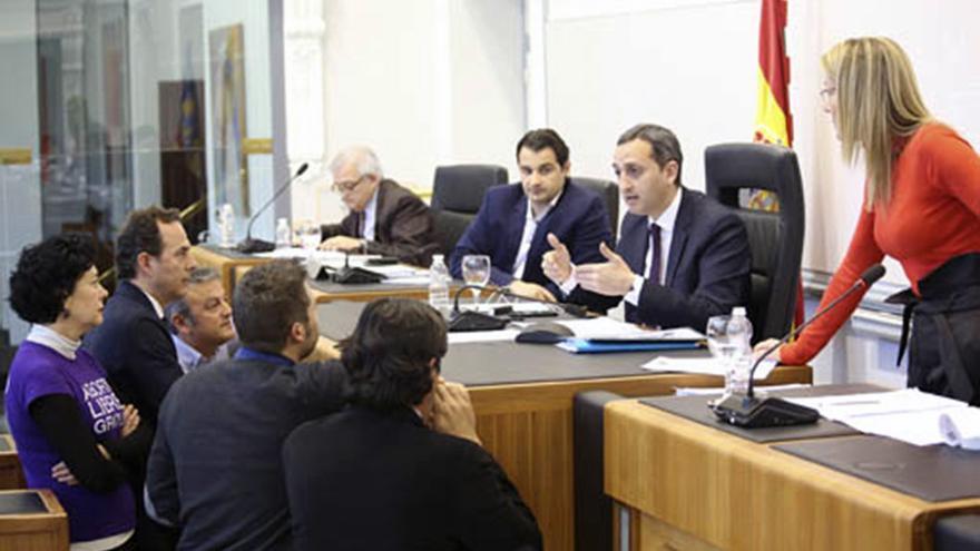 El presidente de la diputación de Alicante, el popular César Sánchez, da explicaciones a los portavoces en el pleno de la institución