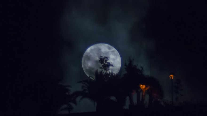 La Superluna vista desde la zona de Breña Alta. Foto: JOSÉ F. AROZENA