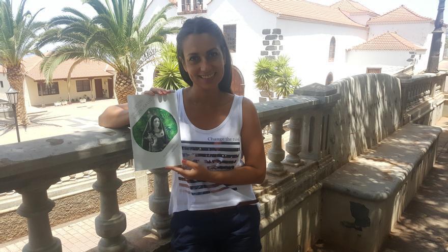 Glemis Rodríguez, concejal de Cultura y Fiestas del Ayuntamiento de Garafía, con el cartel de las fiestas.
