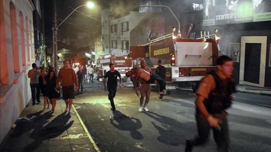 Al menos 120 muertos en el incendio de una discoteca en el sur de Brasil