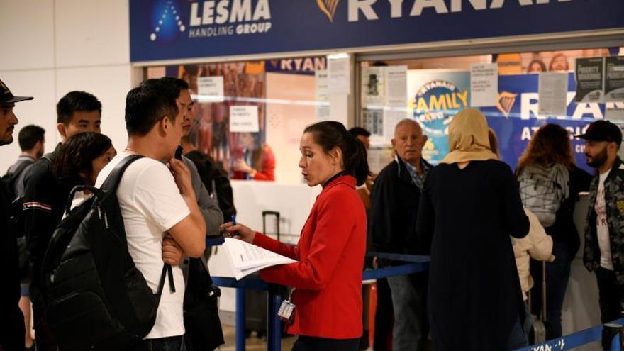 Viajeros ante el 'stand' de Ryanair en el aeropuerto Adolfo Suárez Madrid Barajas
