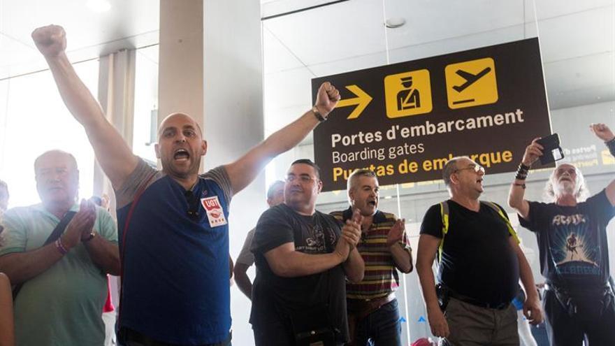 """Acuerdo de sindicatos y patronal de """"handling"""" para evitar una huelga en los aeropuertos"""