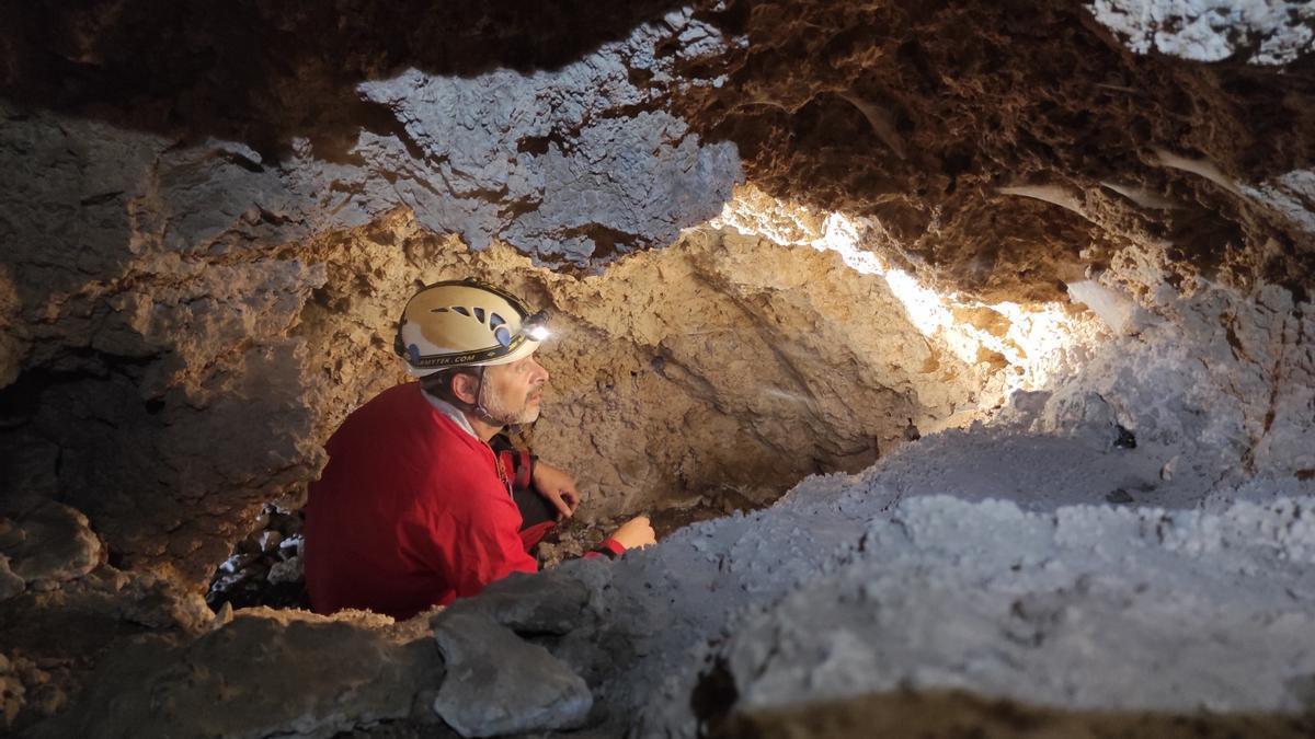 Uno de los espeleólogos, en el interior de la cueva