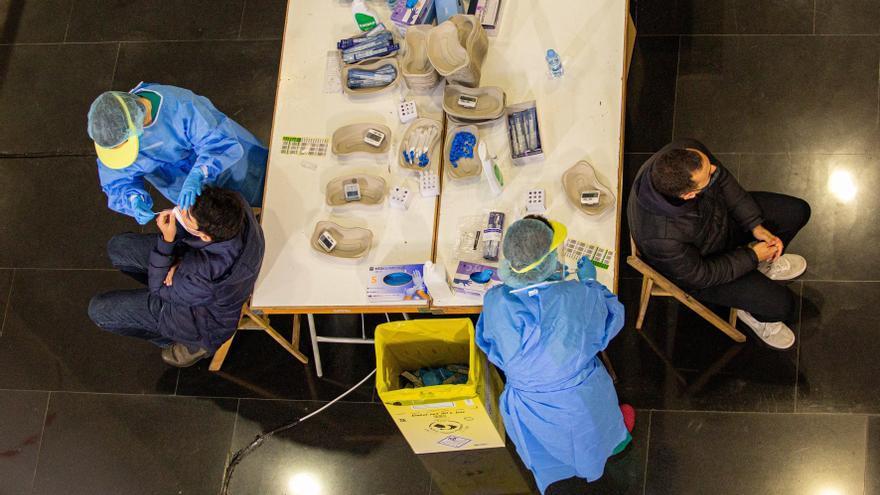 Andalucía repite los 3.000 contagios en un día con 13 muertos por covid-19