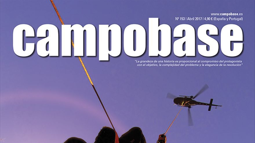 Operación de rescate en montaña desde un helicóptero.