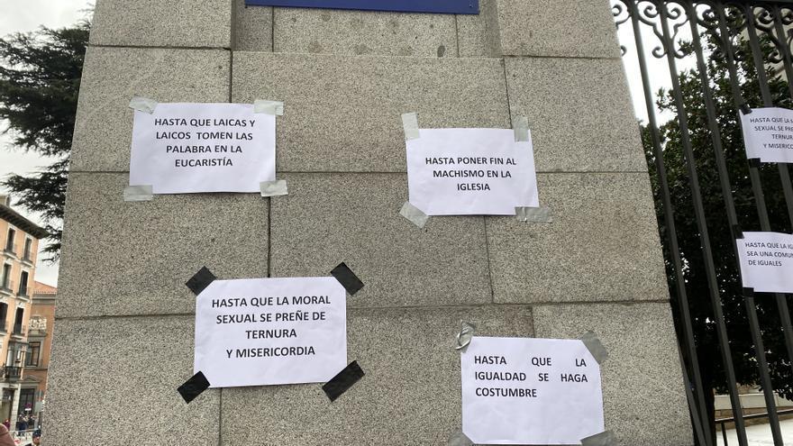 Algunos de los carteles colocados por los manifestantes por la igualdad en la Iglesia en Madrid.