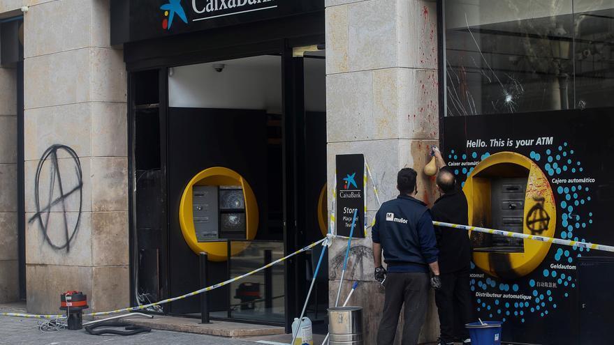 Catorce detenidos y seis agentes de los Mossos heridos en los incidentes en Barcelona