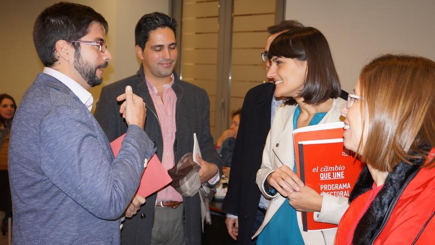 La candidata del PSOE, María González Veracruz, con investigadores de la UPCT