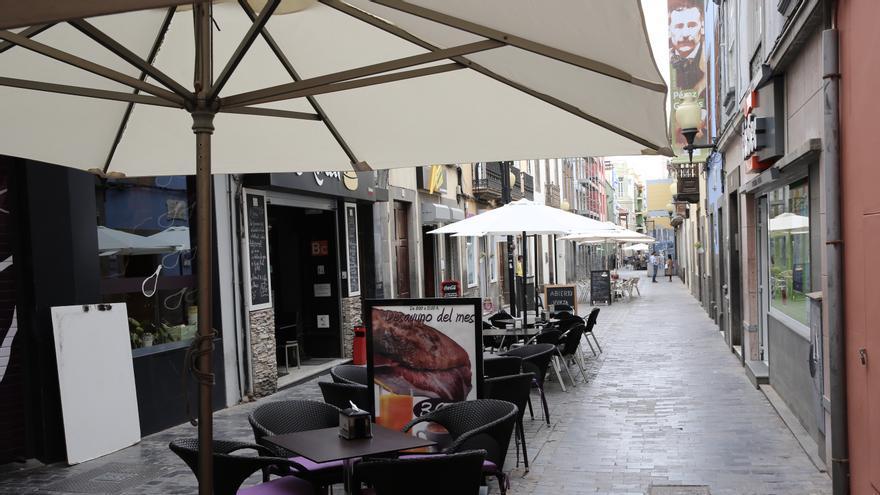 Terrazas vacías en Las Palmas de Gran Canarias este 13 de marzo, día en el que el presidente del Gobierno de España, Pedro Sánchez, ha declarado el estado de alarma por coronavirus.