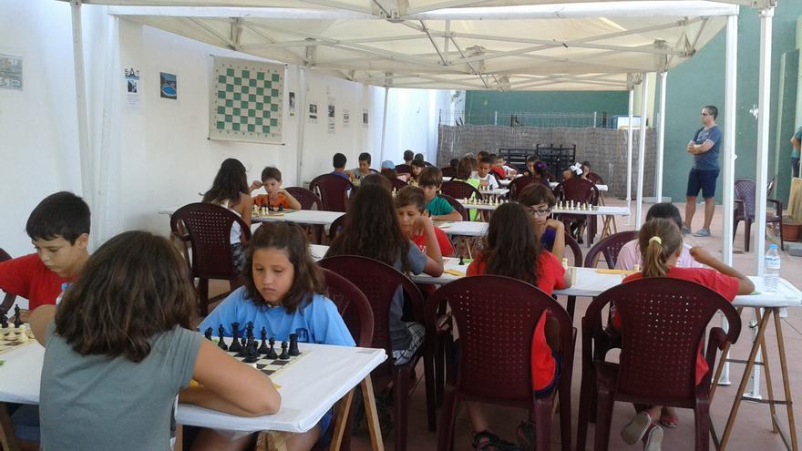 En la imagen, una competición de ajedrez con escolares.
