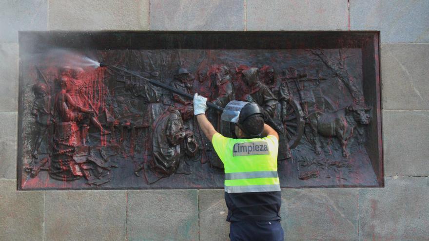 Un operario del Ayuntamiento limpia la estatua de Colón en Valladolid.