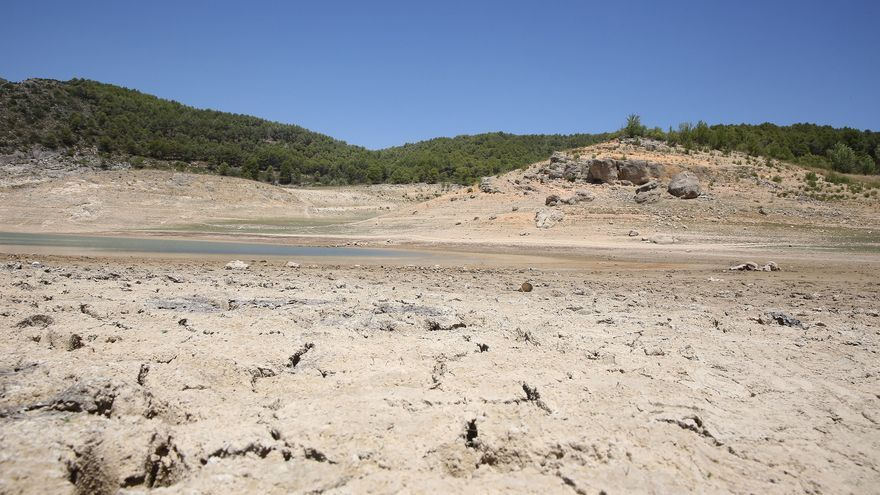 Hoy, parte del embalse de Entrepeñas en Sacedón (cabecera del Tajo) está seco