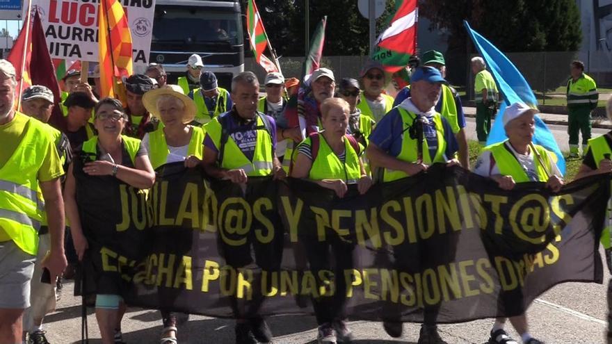 Un grupo de manifestantes protesta por las pensiones.