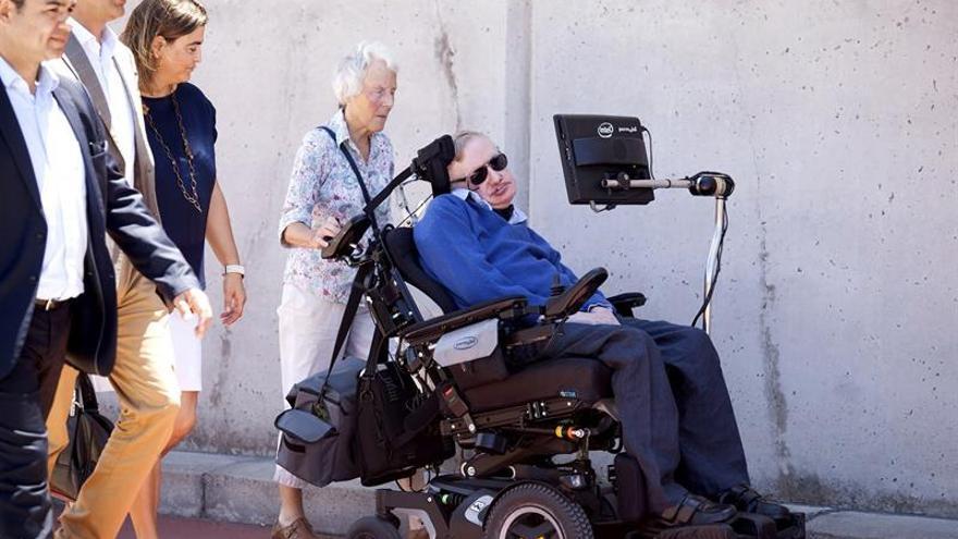 El físico Stephen Hawking a su llegada a la isla de Tenerife donde participará en la tercera edición del Festival Starmus