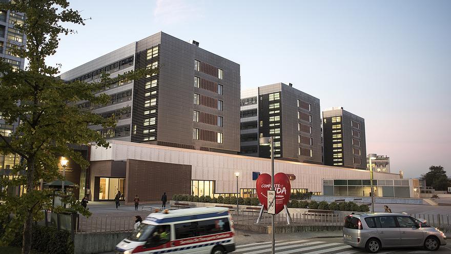 Una ambulancia entra en las Urgencias del Hospital de Valdecilla. | JOAQUÍN GÓMEZ SASTRE