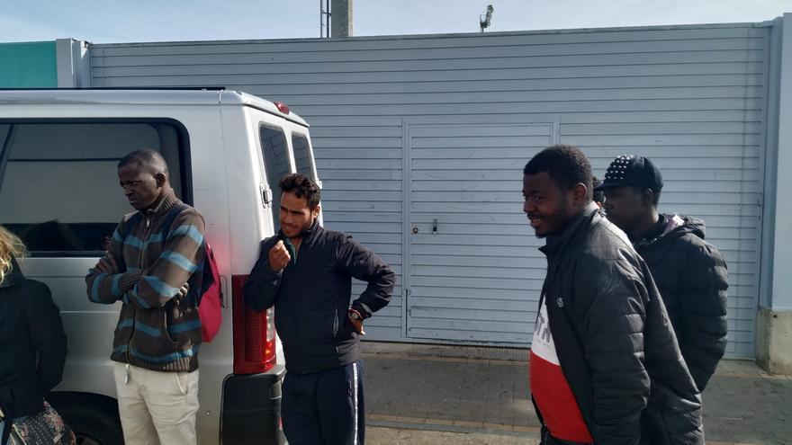 Algunos de los desalojados, a las puertas del estadio.