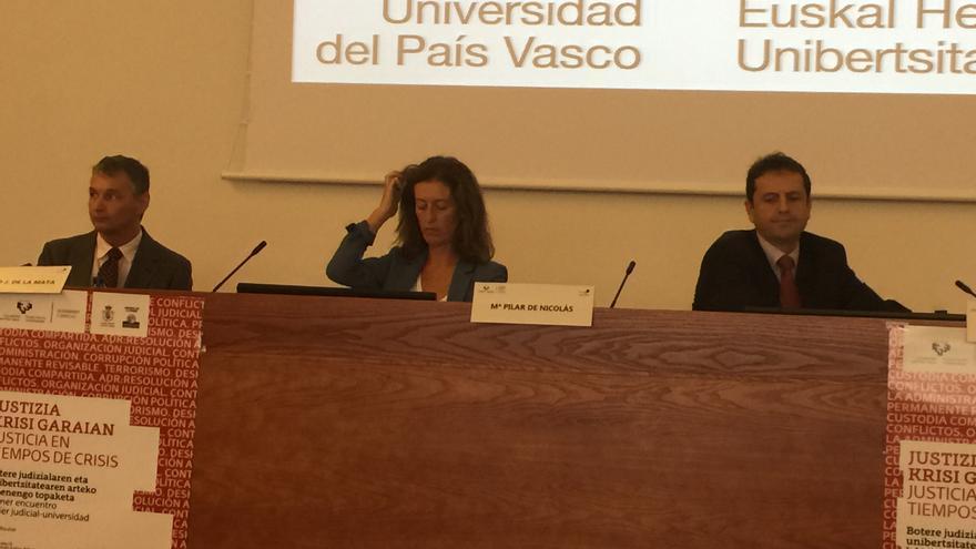 El profesor de la UPV Norberto de la Mata (izquierda) y el magistrado Urko Gimenez.