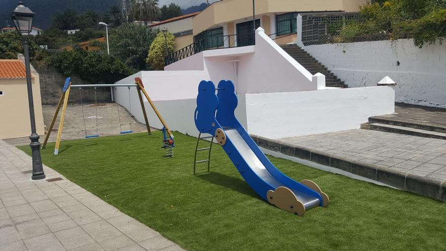El parque infantil ha sido dotado con nuevos juegos.