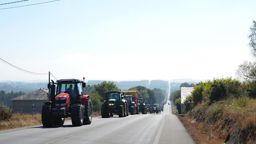 Los tractores, camino de Vilalba / Revista AFRIGA