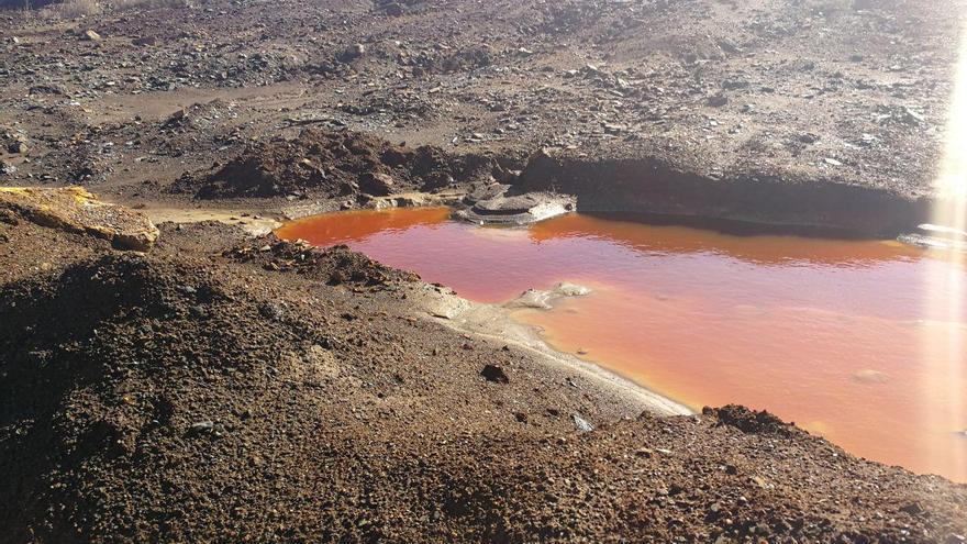 Imagen de las aguas rojas que se encuentran en la Sierra Minera