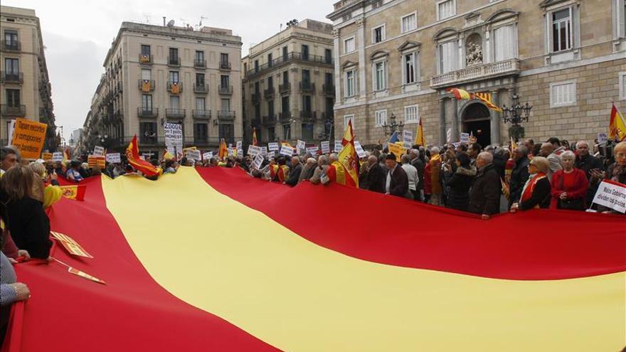 Unas 500 personas se manifiestan en Barcelona en defensa de unidad de España
