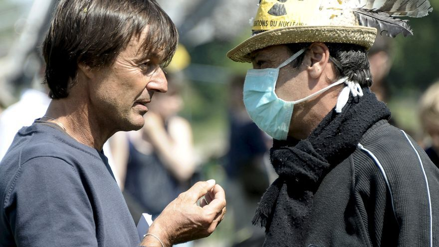 Nicolas Hulot conversa con un activista durante una protesta en la víspera del 25 aniversario del desastre nuclear de Chernobyl en una imagen de archivo.