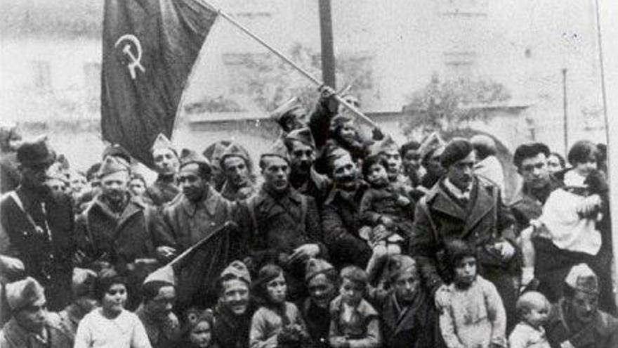 Grupo de Brigadistas españoles junto a niños españoles durante la Guerra Civil