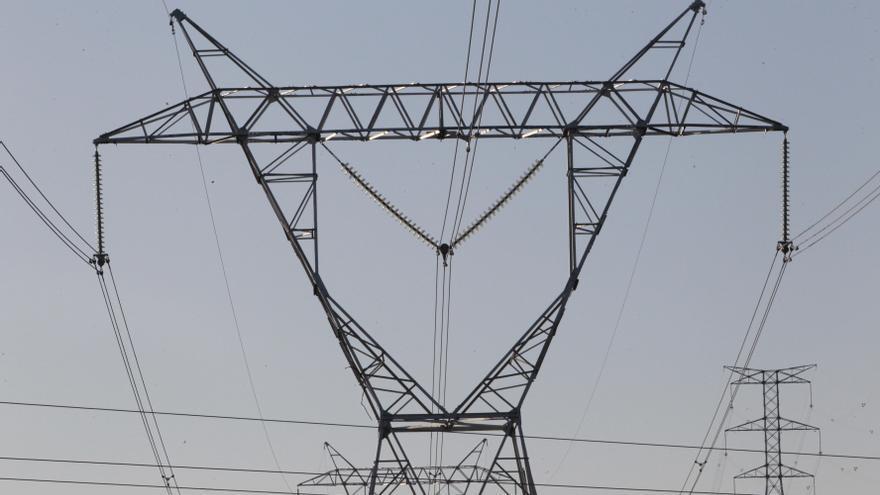 Archivo - Electricidad, energía, cables, torres eléctricas, corriente