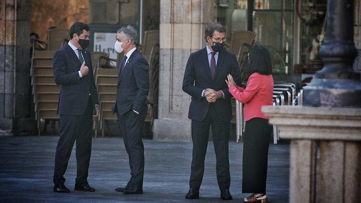 Juan Manuel Moreno (izquierda) charla con el lehendakari vasco, Iñigo Urkullu, antes de empezar la conferencia.