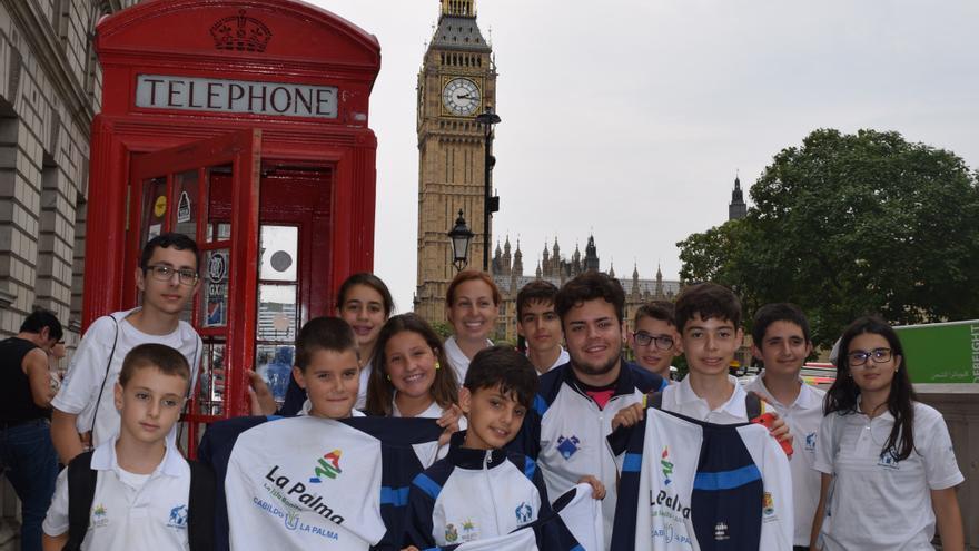 Los niños palmeros posan en una calle de Londres.