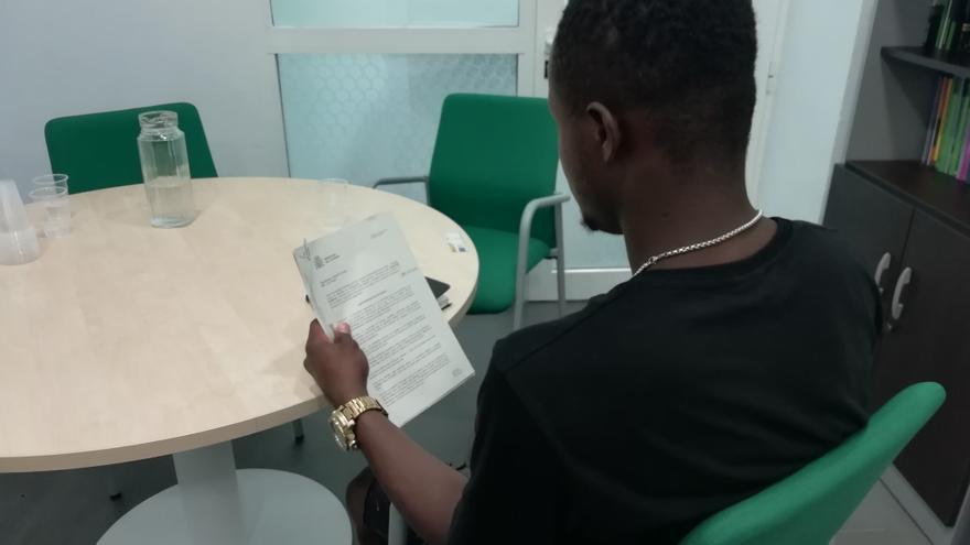 Ibrahim Kamara, uno de los supervivientes del Aquarius, con la resolución de asilo denegada en la mano.