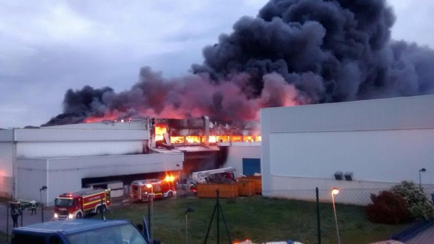 El incendio se ha desatado a la 6:30 horas en la fábrica de Aernnova de Miñano (Álava).