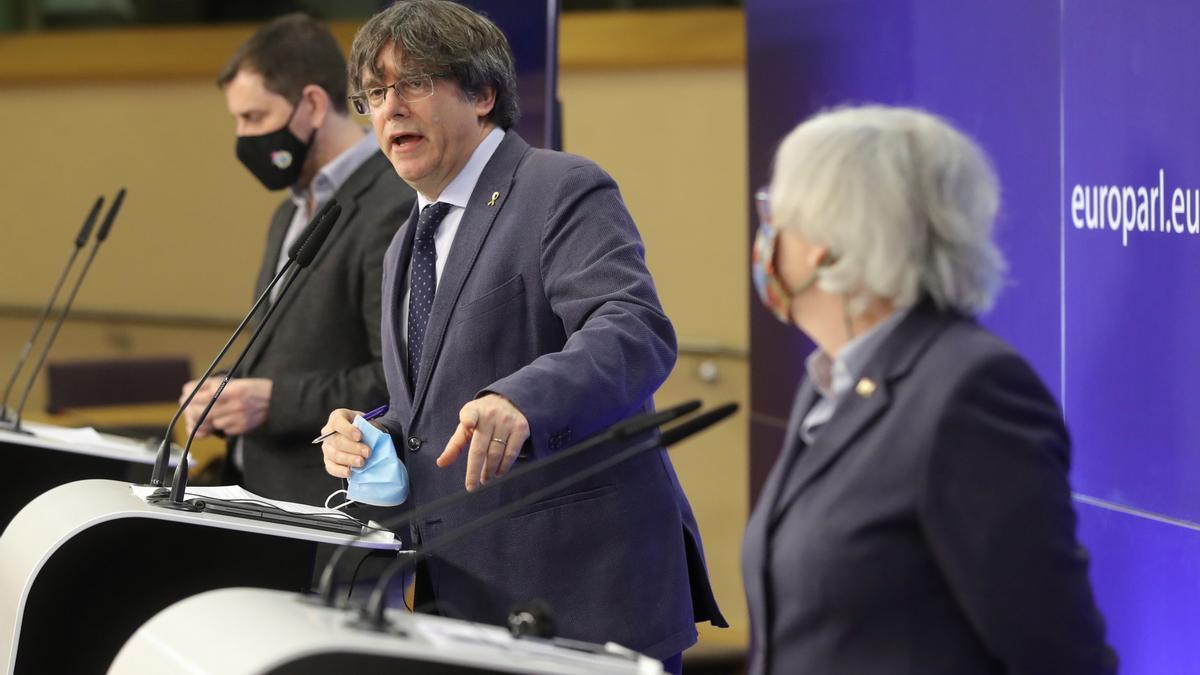 El eurodiputado de JxCat y expresidente de la Generalitat, Carles Puigdemont, (c) y los exconsejeros y eurodiputados Clara Ponstati y Antoni Comin, este miércoles en Bruselas.