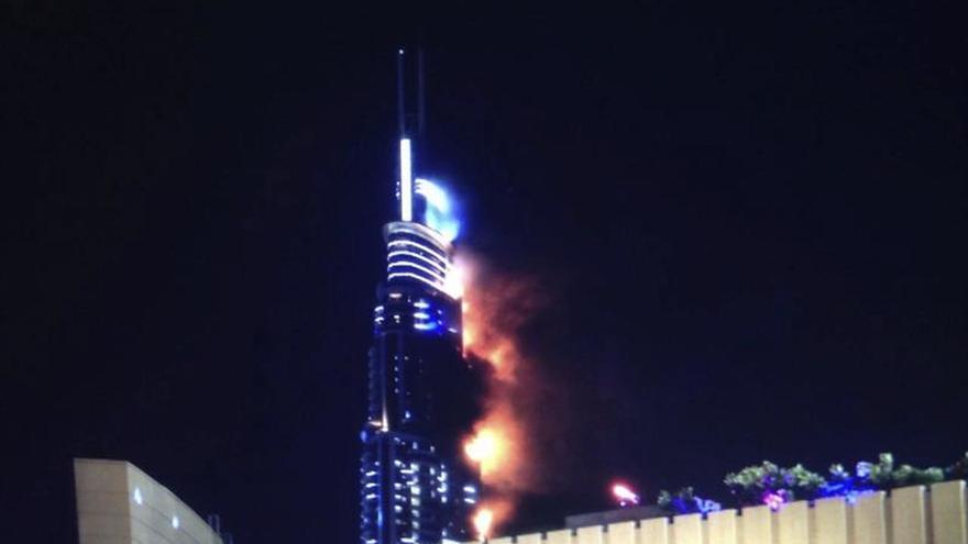 Evacúan un rascacielos de Dubai por un incendio, sin víctimas