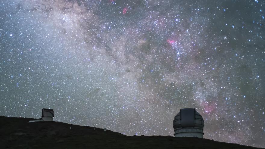 Cielo nocturno de La Palma. En la imagen, el Gran Telescopio Canarias (d) y el Telescopio Nacional Galileo (TNG)