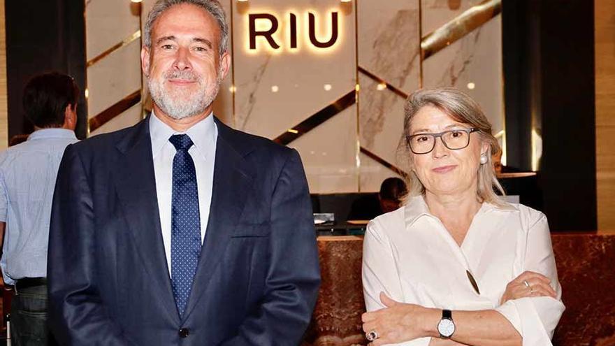 Los consejeros delegados de Riu Hotels, Luis Riu y Carmen Riu, durante la presentación del hotel Riu Palace Oasis de Gran Canaria.