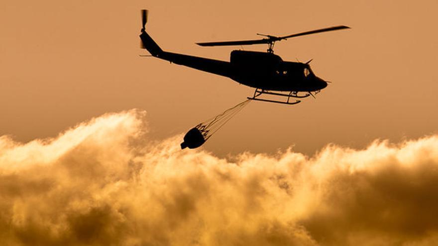 Helicóptero sobrevolando un incendio