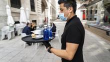 Un camarero sirve en una terraza de Santander. | JOAQUÍN GÓMEZ SASTRE