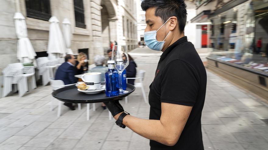 """Las medidas de prevención del coronavirus pasan de largo para los camareros: """"Les dan mascarillas de publicidad que ni siquiera protegen"""""""