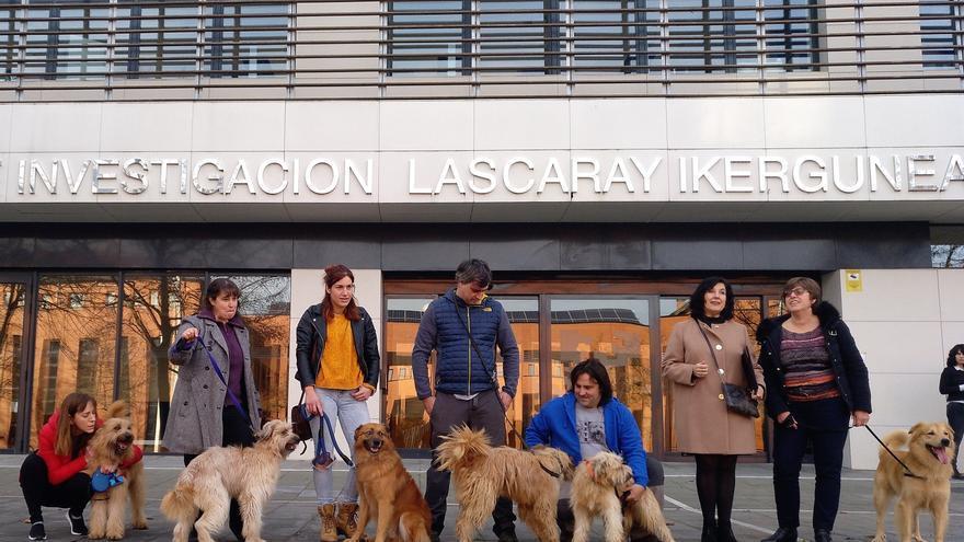 Miembros de la asociación EATA posan con sus perros y la investigadora Marian Martínez de Pancorbo frente al Centro de Investigación Lascaray de la UPV-EHU