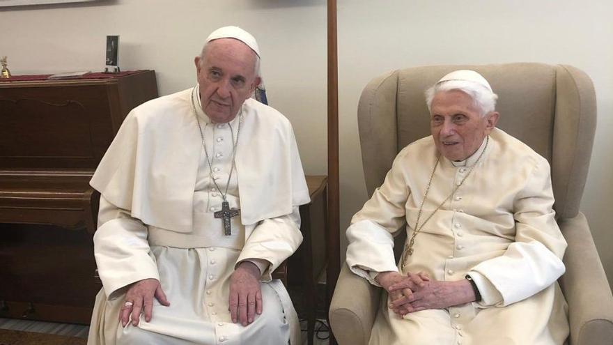 Francisco visita a Benedicto XVI por su 92º cumpleaños.