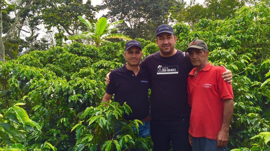 Rayco (centro) con el ingeniero agrónomo Javier Hoyos y un agricultor cafetero.