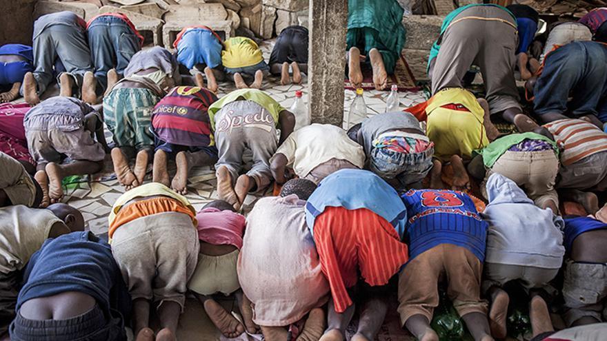 Los niños son enviados como talibés por sus padres para que sigan una educación religiosa tradicional, del corán, pero en algunas núcleos urbanos son esclavizados y obligados a mendigar. Daara en M'bour, Senegal. | Lucas Vallecillos.