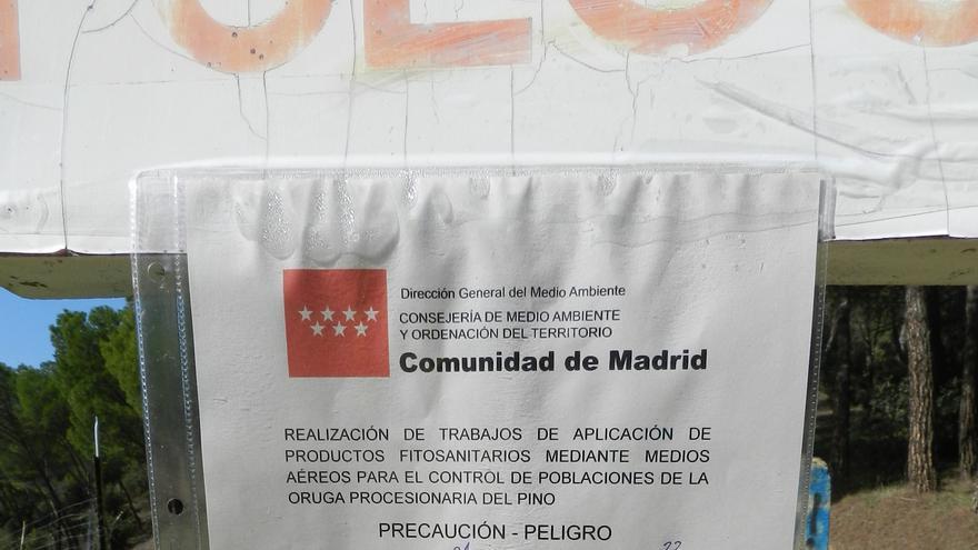 Aviso de peligro por fumigaciones en Madrid, con las fechas corregidas a mano.