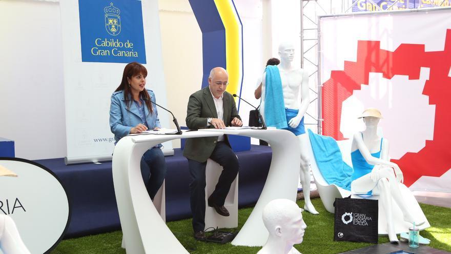 El presidente del Cabildo de Gran Canaria, Antonio Morales, y la consejera de Industria, Minerva Alonso, han presentado hoy las novedades de la pasarela Moda Cálida. (Alejandro Ramos)