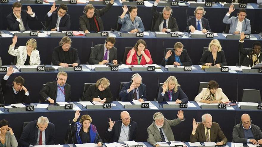 """El PE cierra la tramitación del fin del """"roaming"""" y de la neutralidad de internet"""