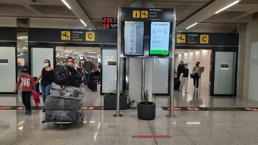 Turistas británicos llegando al aeropuerto de Palma.
